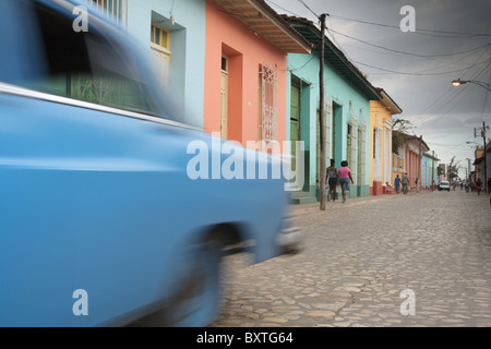 TRINIDAD: CLASSIC CAR sulla colorata COLONIAL STREET Foto Stock