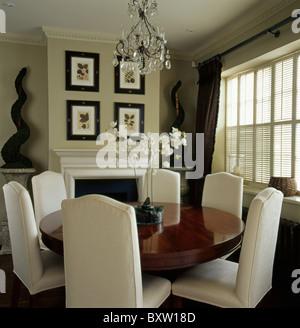 Circolare tavolo antico con sedie imbottite in sala da for Tavolo da pranzo piccolo
