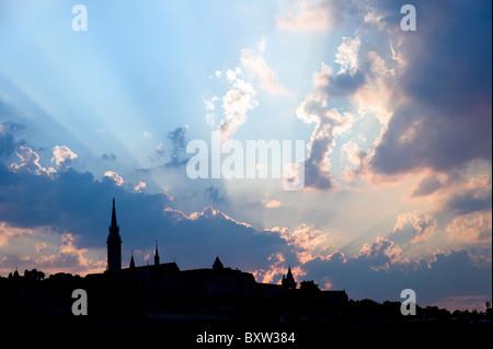 Silhouette di Budapest City skyline con cielo drammatico, Ungheria Foto Stock