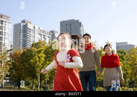 Famiglia giovane godendo di un Parco in autunno Foto Stock