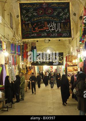 People Shopping nel bazar Shiraz Iran Foto Stock