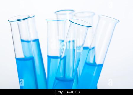Immagine di diversi medici matracci con acqua blu su sfondo bianco Foto Stock