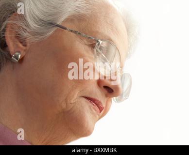 Senior donna che indossa occhiali Foto Stock