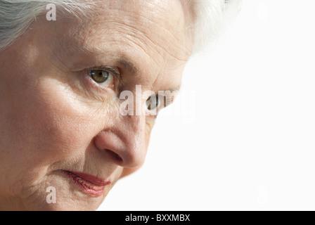 Senior donna intensamente alla ricerca Foto Stock
