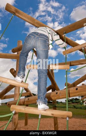 Un modello rilasciato la foto di un ragazzo di undici anni su un telaio di arrampicata nel Regno Unito Foto Stock
