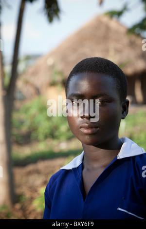 Ragazza adolescente in un villaggio rurale in Amuria, Uganda, Africa orientale. Foto Stock