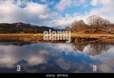 Inverno riflessioni sul fiume Brathay a Elterwater nel distretto del Lago Foto Stock