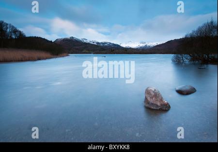 Una lunga esposizione di Alba d'inverno a Elterwater nella grande Langdale Valley, Lake District Foto Stock