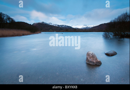 Una lunga esposizione di Alba d'inverno a Elterwater nella grande Langdale Valley, Lake District Foto Stock