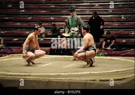 Due di basso rango lottatori di sumo preparando per bout, Grandi Campionati di Sumo maggio 2010, Ryogoku Kokugikan, Foto Stock
