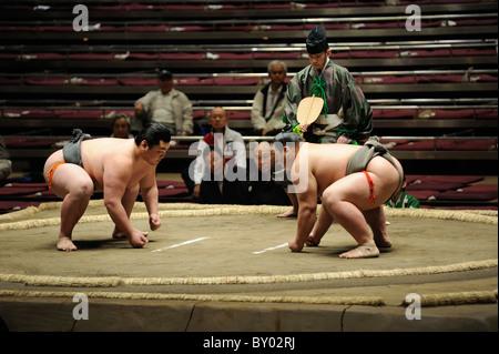 Due di basso rango lottatori di sumo prima bout, Grandi Campionati di Sumo maggio 2010, Ryogoku Kokugikan, Tokyo, Foto Stock