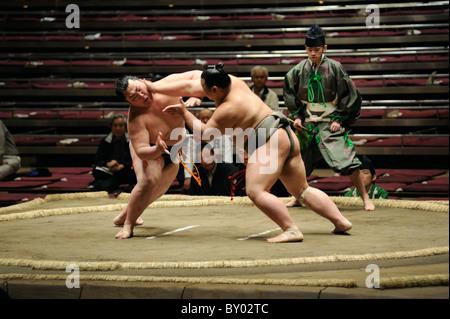Due di basso rango lottatori di sumo combattimenti, Grandi Campionati di Sumo maggio 2010, Ryogoku Kokugikan, Tokyo, Foto Stock