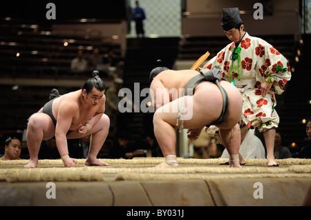 Due lottatori di sumo a destra prima di bout, Grandi Campionati di Sumo maggio 2010, Ryogoku Kokugikan, Tokyo, Giappone Foto Stock
