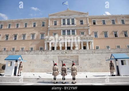 Modificare le protezioni cerimonia prendere posto davanti al Parlamento di Atene. Foto Stock
