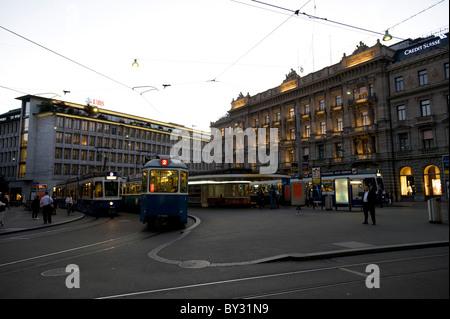 Una fermata del tram in Piazza Paradeplatz e la Bahnhofstrasse di Zurigo, Svizzera Foto Stock