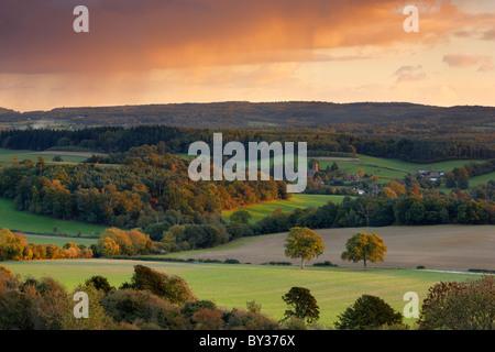 Le viste verso Albury e il Surrey Hills campagna Foto Stock