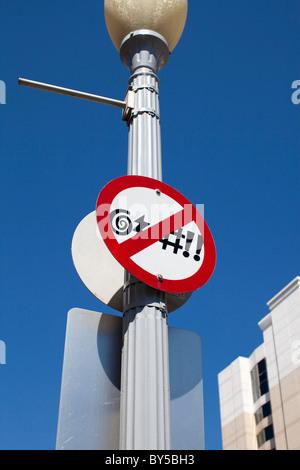 Un no giuramento segno inviato su una strada di luce Foto Stock