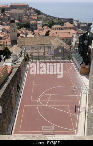 I croati amano lo sport. Questo Pallacanestro Pallamano e corte è nella città vecchia di Dubrovnik. Visto dalle mura della città. Dubrovnik, ... Foto Stock