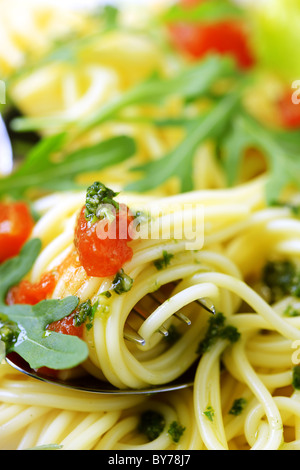 Macro shot di spaghetti twirled intorno a una forcella