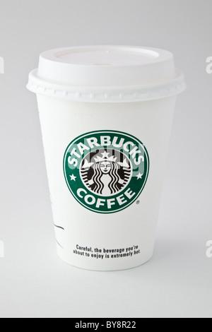 Uno Starbucks take-away asporto monouso carta tazza di caffè per andare con la bevanda in plastica-attraverso il coperchio isolato su sfondo semplice. Inghilterra Regno Unito Gran Bretagna
