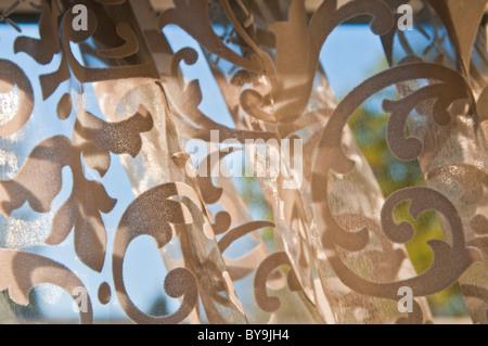 Gregge modellato tendina contro una finestra Foto Stock