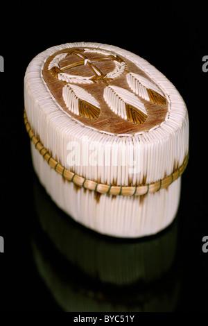 Ojibwa scatola ovale decorata in dream catcher motivo con porcupine quills Foto Stock