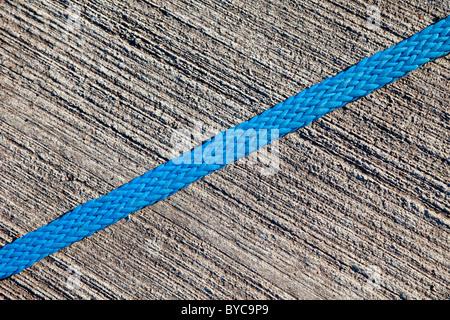 Nylon blu sulla corda ruvida la superficie in calcestruzzo Foto Stock