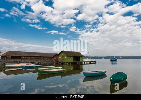 Boathouses e piccole barche sul lago Ammersee a Schondorf, Baviera, Germania, Europa Foto Stock