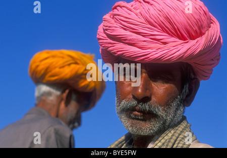 Ritratto di un uomo indiano, Rajasthani indossando un turbante rosa, Pushkar, Rajasthan, India, Asia Foto Stock