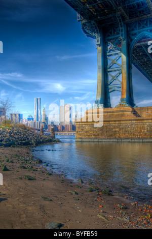 East River e la parte inferiore di Manhattan Skyline visto da sotto il ponte di Manhattan nel ponte di Brooklyn Foto Stock