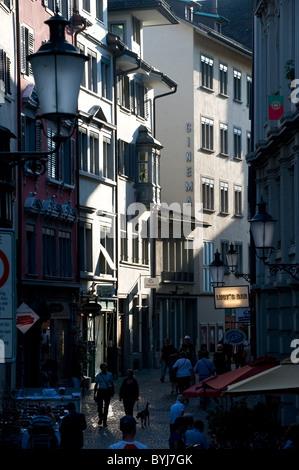 Una strada della città vecchia di Zurigo, Svizzera Foto Stock
