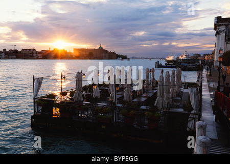 Venezia tramonto visto dal Ponte de la calcina, Sestiere Dorsoduro, Italia Foto Stock