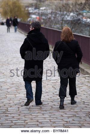 Senna Parigi Francia - giovane a piedi attraverso un ponte Foto Stock