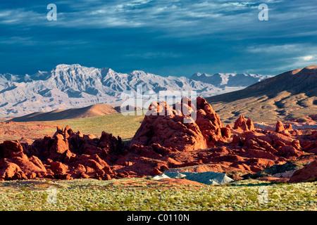 Rocce colorate e le nuvole di sunrise. La Valle del Fuoco del parco statale, Nevada Foto Stock