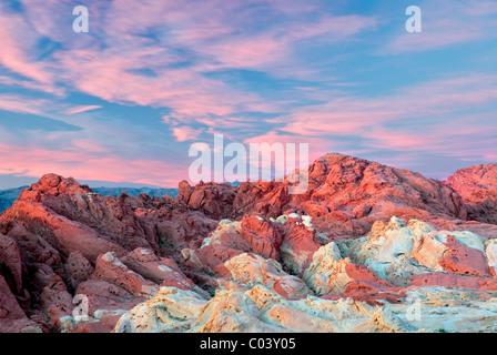 Sunrise nuvole e rocce colorate a valle del fuoco del parco statale, Nevada Foto Stock