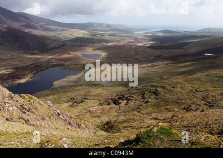 Vista dal Connor Pass a Brandon Bay, penisola di Dingle, nella contea di Kerry, Irlanda Isole britanniche, Europa Foto Stock