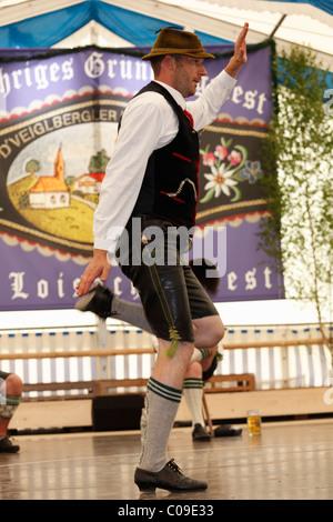 Schuhplattler, folk tradizionale ballerino, ottantatreesimo Loisachgaufest in Neufahrn vicino a Egling, Alta Baviera, Foto Stock