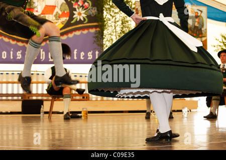 Schuhplattler, tradizionali danze folk, ottantatreesimo Loisachgaufest in Neufahrn vicino a Egling, Alta Baviera, Foto Stock