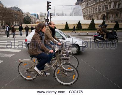 La gente di equitazione biciclette biciclette Parigi Francia Foto Stock