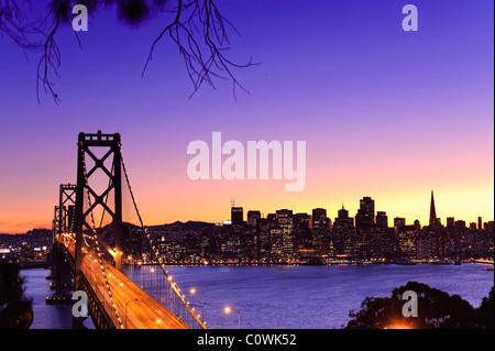 Stati Uniti, California, San Francisco, Oakland Bay Bridge e dello skyline della città Foto Stock