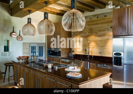 Lampade di secto in cucina con soffitto con travi a vista e
