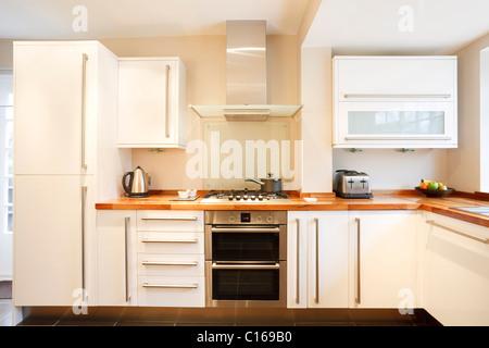 Cucina moderna con interni armadi in legno e il bianco da tavola foto immagine stock 66099498 - Piani cucina in legno ...