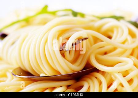 Macro shot di spaghetti twirled intorno a una forcella Foto Stock