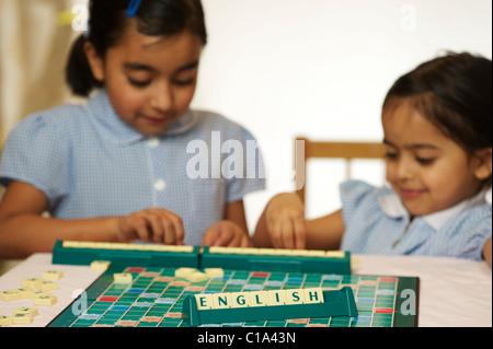 I bambini a giocare a scrabble game Foto Stock