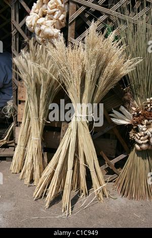 Riso decorativa visualizza al di fuori di un mercato in stallo di Antananarivo, capitale del Madagascar Foto Stock