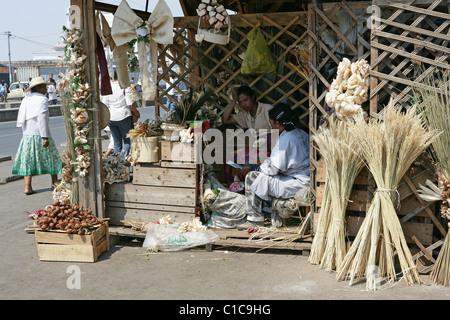Decorative composizioni floreali con nastri, fiocchi di riso e in un mercato in stallo in Antananarivo, capitale Foto Stock