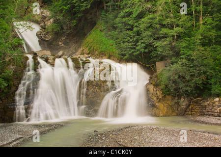La cascata nel verde della natura in Svizzera da vicino
