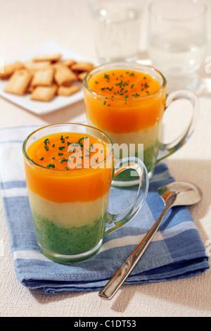 Zuppa di verdure in tre colori. Ricetta disponibile. Foto Stock