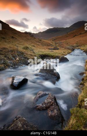 Bleamoss Beck, Parco Nazionale del Distretto dei Laghi, Cumbria, Inghilterra. In autunno (novembre 2010). Foto Stock