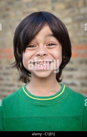 Ritratto di ragazzo con dente mancante Foto Stock